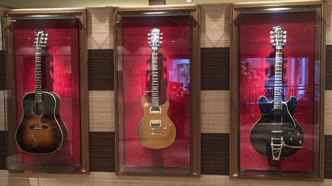 サイン入りギター 向かって左から、山崎まさよしさん(サイン入)、B'z松本モデル(サイン入)、斉藤和義モデルが並んでます。 山崎まさよしさんは開店初日に来店して、このギターにサインしていったそうです。