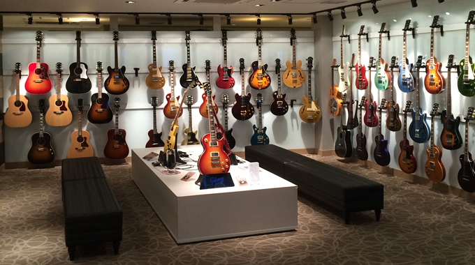 壁一面にGibson、Epiphoneのギターとベースが・・・