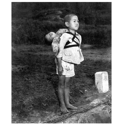 「焼き場に立つ少年」原爆投下まもない長崎で撮影された写真