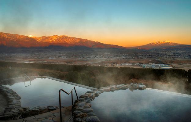 夕暮れ時、峰々が焼ける絶景温泉
